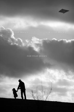 凧揚げをする父と娘の素材 [FYI00420597]