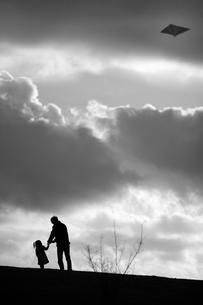 凧揚げをする父と娘の写真素材 [FYI00420597]