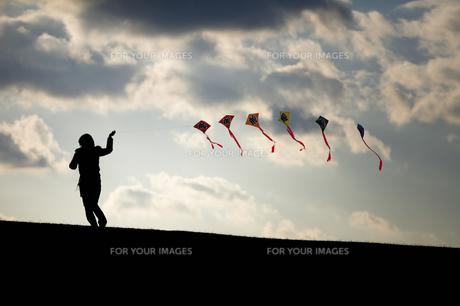 凧揚げをする女性の素材 [FYI00420602]