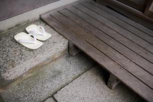 草履と玄関の写真素材 [FYI00420612]