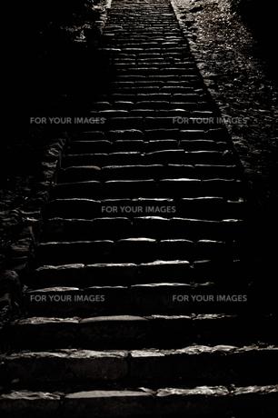 夜の階段の素材 [FYI00420618]