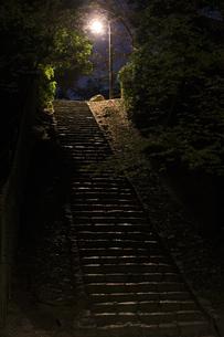 真夜中の階段の写真素材 [FYI00420626]