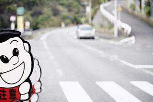 横断歩道の飛び出し注意の写真素材 [FYI00420638]