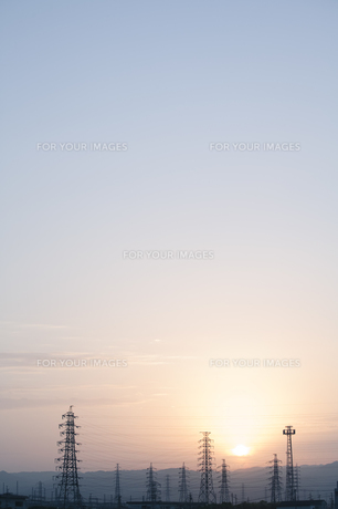 鉄塔と日の出の素材 [FYI00420643]