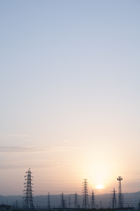鉄塔と日の出の写真素材 [FYI00420643]