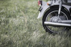 草原とオートバイの写真素材 [FYI00420644]