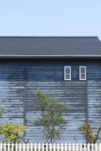 青い木の壁の家の素材 [FYI00420648]