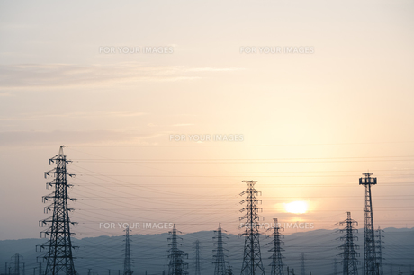 鉄塔と日の出の素材 [FYI00420651]