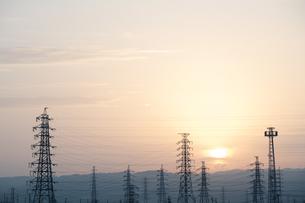 鉄塔と日の出の写真素材 [FYI00420651]
