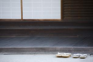 お寺の玄関の写真素材 [FYI00420653]