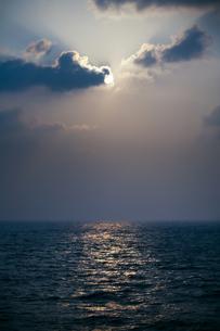 水平線に昇る太陽の写真素材 [FYI00420753]
