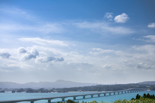 瀬底大橋の写真素材 [FYI00420775]