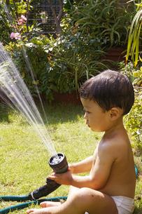 庭で水遊びをする赤ちゃんの写真素材 [FYI00420860]