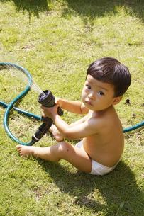 庭で水遊びをする赤ちゃんの写真素材 [FYI00420869]