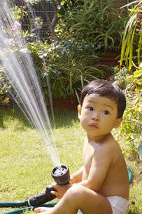 庭で水遊びをする赤ちゃんの写真素材 [FYI00420881]