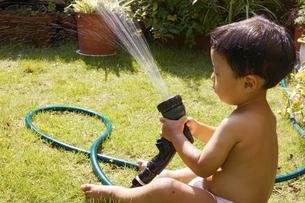 庭で水遊びをする赤ちゃんの写真素材 [FYI00420884]