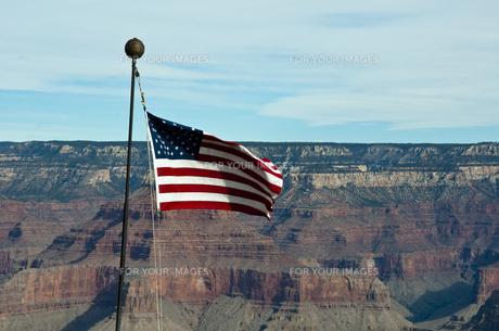 グランドキャニオンとアメリカ国旗の写真素材 [FYI00420988]
