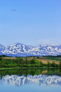 湖畔の丘と飛行機の写真素材 [FYI00421026]