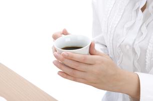 コーヒーカップを持つ手元の写真素材 [FYI00421061]