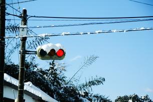 積雪と赤信号の素材 [FYI00421158]