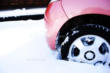 雪に埋もれる車の素材 [FYI00421163]