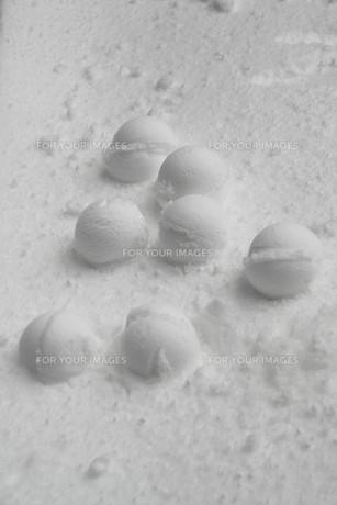 子供が作った雪玉の素材 [FYI00421164]