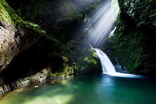 光芒差すネジレノ滝の写真素材 [FYI00421243]