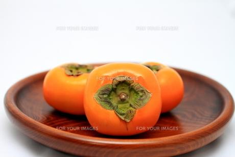 お皿にのせた柿の写真素材 [FYI00421304]