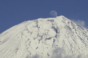 富士山と月の写真素材 [FYI00421371]