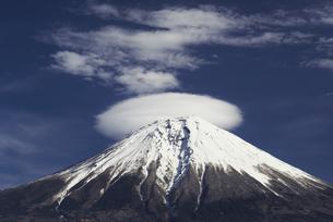 笠雲と富士山の写真素材 [FYI00421376]