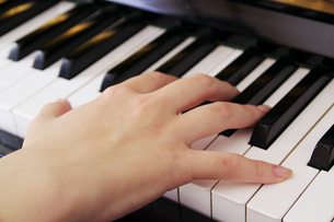 ピアノを弾く手の写真素材 [FYI00421378]