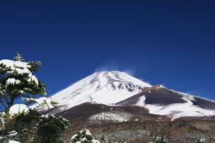 雪景色の富士山の写真素材 [FYI00421380]