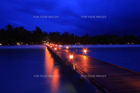 夕暮れの桟橋の写真素材 [FYI00421413]