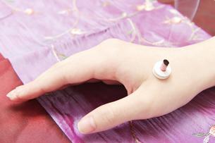 お灸をする若い女性の手の写真素材 [FYI00421422]
