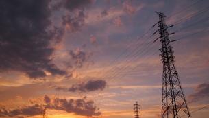 鉄塔と夕景の素材 [FYI00421503]