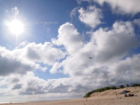 前浜と太陽と飛行機の素材 [FYI00421517]