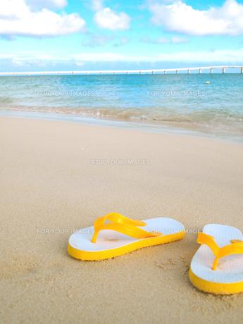 ビーチサンダルと砂浜の素材 [FYI00421523]