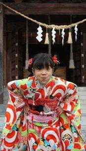 宮参りでふざける女の子の写真素材 [FYI00421829]