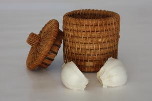 にんにくと籐の容器の写真素材 [FYI00421859]