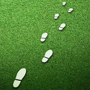芝生の上の足跡の素材 [FYI00422407]