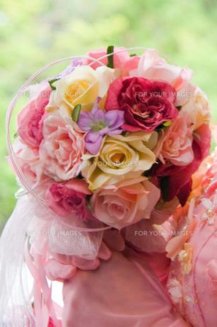 花嫁カラードレスとブーケの写真素材 [FYI00422721]