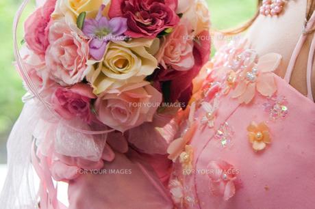 花嫁カラードレスとブーケの写真素材 [FYI00422725]