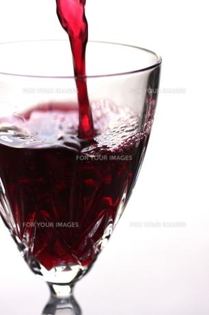 グラスに注がれるワインの写真素材 [FYI00422819]