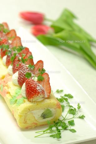 春のフルーツロールケーキの写真素材 [FYI00423869]