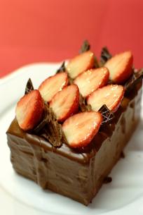 ストロベリーチョコレートケーキの写真素材 [FYI00423899]