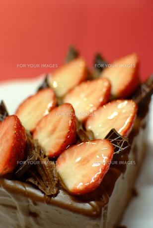 ストロベリーチョコレートケーキの写真素材 [FYI00423902]