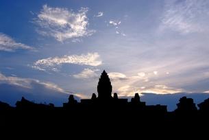 カンボジアの遺跡のシルエットの写真素材 [FYI00424212]