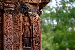 バンテアイ・スレイの彫刻(デバター)の写真素材 [FYI00424223]