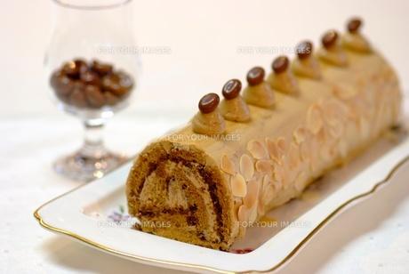 コーヒーのロールケーキの写真素材 [FYI00424380]