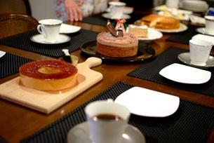 ケーキを並べたテーブルの写真素材 [FYI00424390]